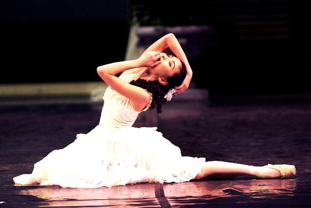 One of Cape Town's favourite ballerina's, Tracy Li, returns to the stage as Camille.