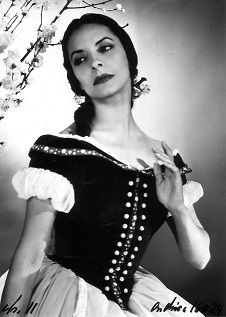 Alicia Alonso performing as Giselle.